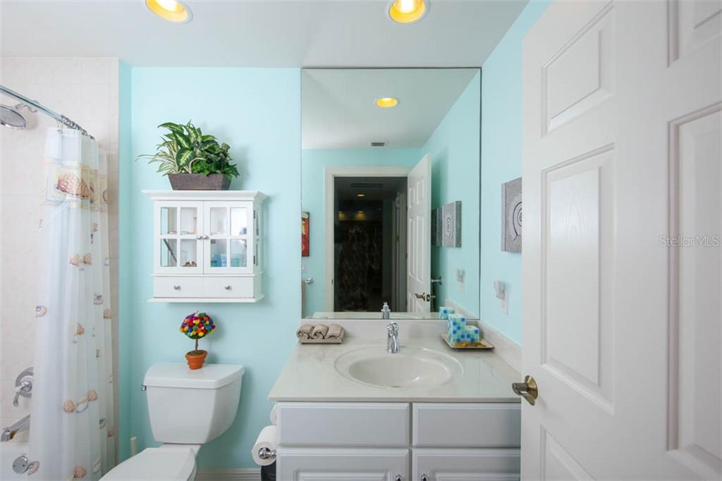 2nd bath offers a combination tub/shore and single sink vanity. - Condo for sale at 3329 Sunset Key Cir #503, Punta Gorda, FL 33955 - MLS Number is C7406727