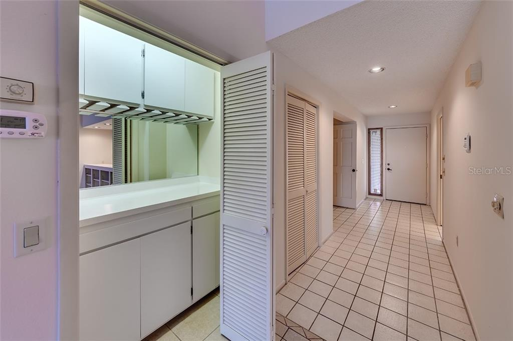 Foyer entry and dry bar. - Condo for sale at 3920 Mariners Way #323a, Cortez, FL 34215 - MLS Number is A4416115