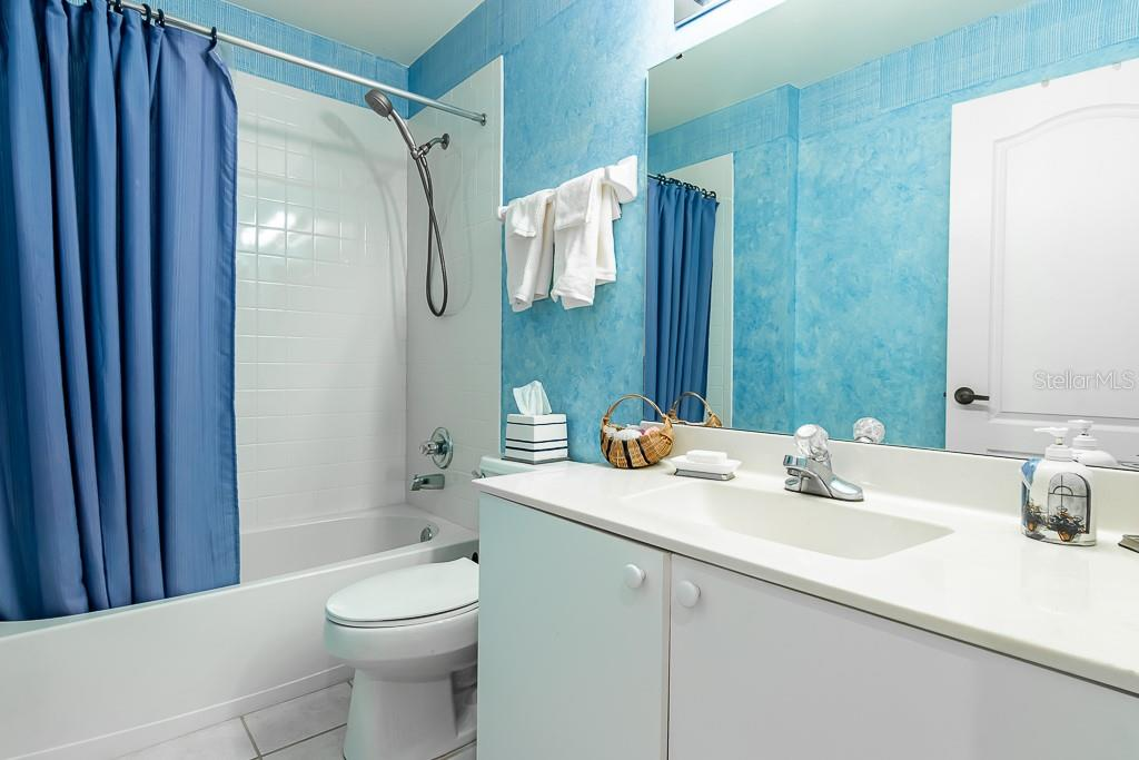 2nd full bath w/tub/shower combo - Condo for sale at 9570 High Gate Dr #1722, Sarasota, FL 34238 - MLS Number is A4457005
