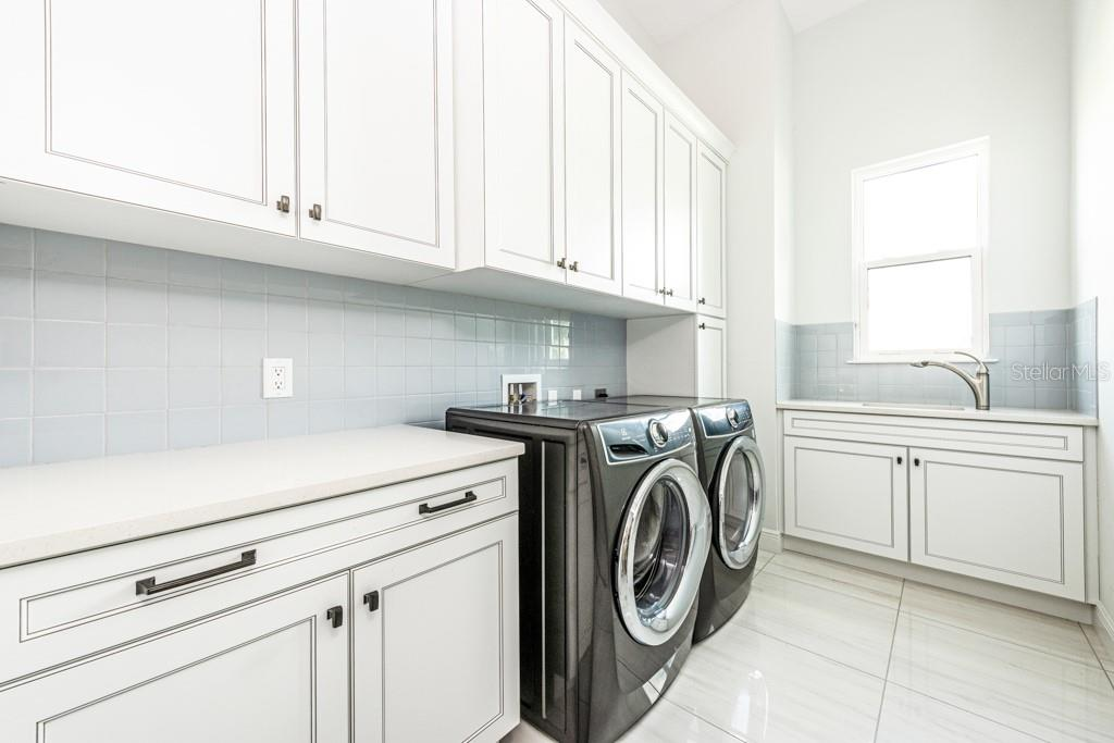 Large Laundry Room w/Sink - Single Family Home for sale at 121 Seagull Ln, Sarasota, FL 34236 - MLS Number is A4483951