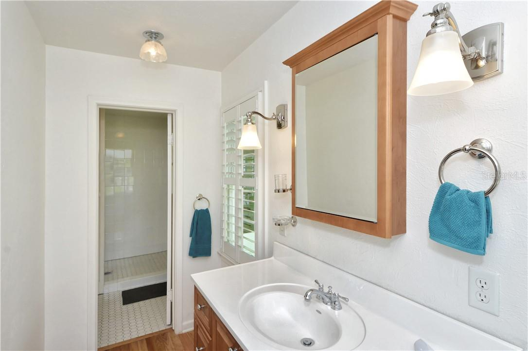 En-suite master bathroom. - Single Family Home for sale at 542 Ohio Pl, Sarasota, FL 34236 - MLS Number is A4488498