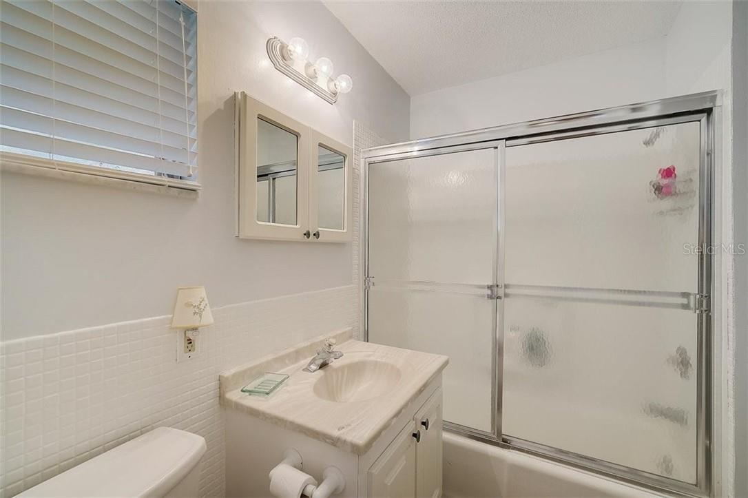 577 Sutton Place Longboat Key Florida 34228 | Upstairs Full Bathroom - Condo for sale at 577 Sutton Pl #T-25, Longboat Key, FL 34228 - MLS Number is A4492432