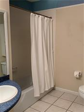 2nd/Hall bathroom - Villa for sale at 1528 Stafford Ln #1210, Sarasota, FL 34232 - MLS Number is A4421860