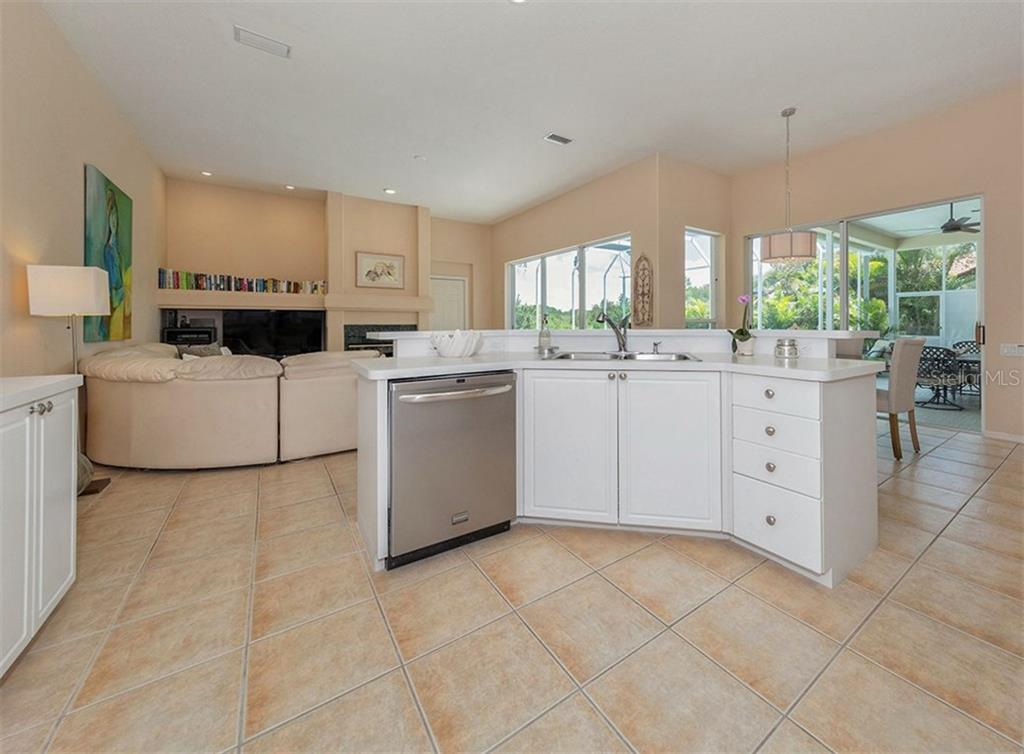 Kitchen / Family Room - Single Family Home for sale at 279 Royal Oak Way, Venice, FL 34292 - MLS Number is N5912986