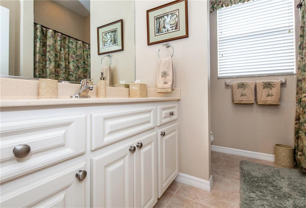 Guest Bath with Tub/Shower - Single Family Home for sale at 366 Turtleback Xing, Venice, FL 34292 - MLS Number is N5914504