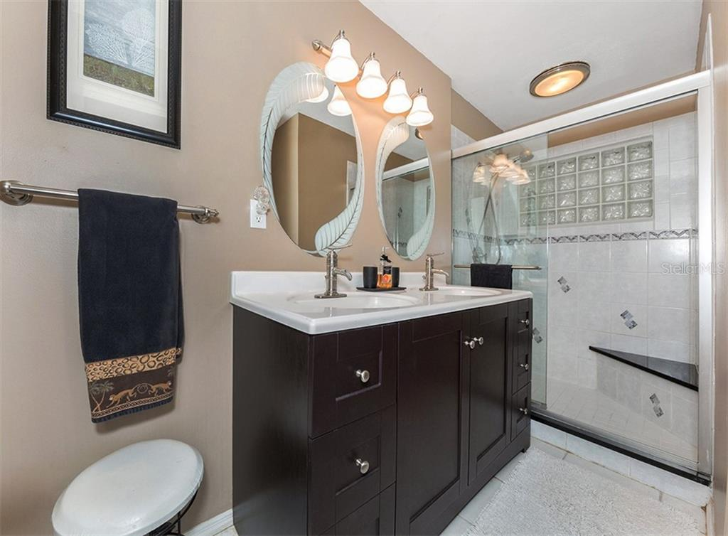 Guest Bathroom - Single Family Home for sale at 620 Valencia Rd, Venice, FL 34285 - MLS Number is N6100912