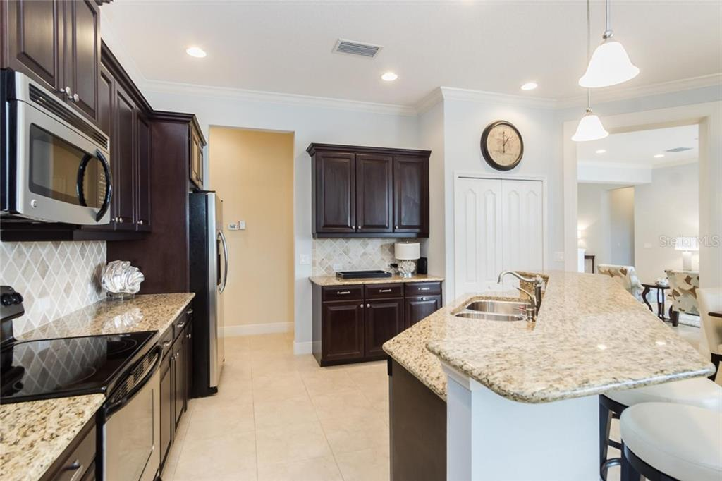 Kitchen with island - Single Family Home for sale at 368 Marsh Creek Rd, Venice, FL 34292 - MLS Number is N6101204