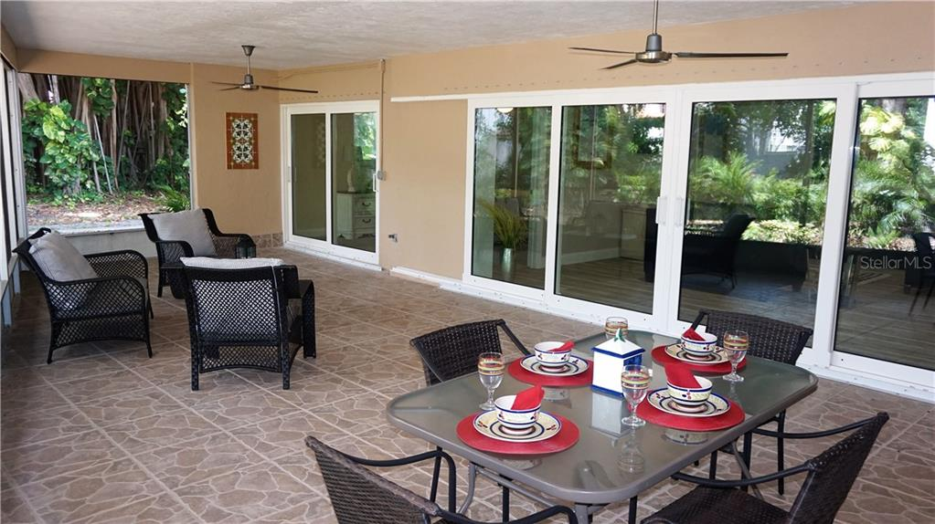 Single Family Home for sale at 425 Harbor Dr S, Venice, FL 34285 - MLS Number is N6103861