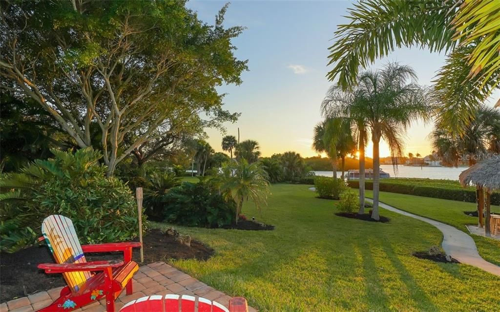 Large back yard - Single Family Home for sale at 925 Bayshore Rd, Nokomis, FL 34275 - MLS Number is N6108586